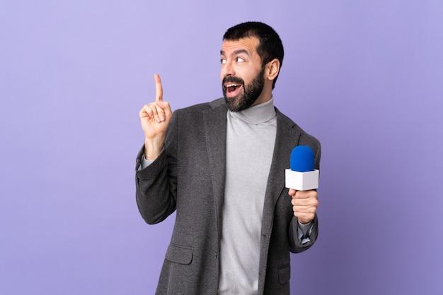 Reporter człowiek na białym tle
