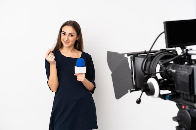 Reporter kobieta trzyma mikrofon i donosi wiadomości na bielu robi pieniądze gestowi
