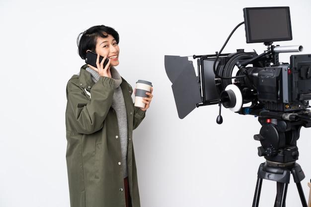 Reporter kobieta trzyma mikrofon i donosi wiadomości