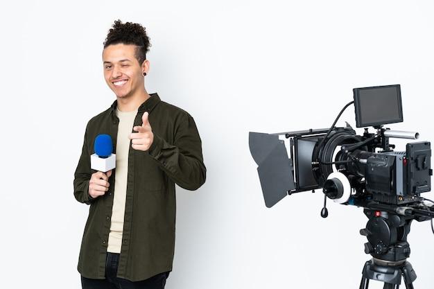 Reporter mężczyzna trzymający mikrofon i przekazujący wiadomości punkty palcem