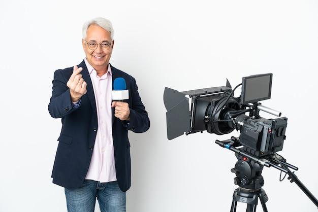 Reporter średniowieczny brazylijski mężczyzna trzymający mikrofon i informujący o wiadomościach na białym tle gest zarabiania pieniędzy