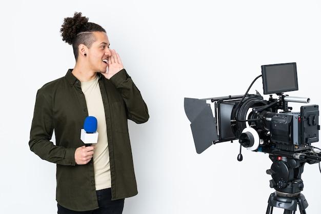 Reporter trzymający mikrofon i przekazujący wiadomości, krzyczący z szeroko otwartymi ustami