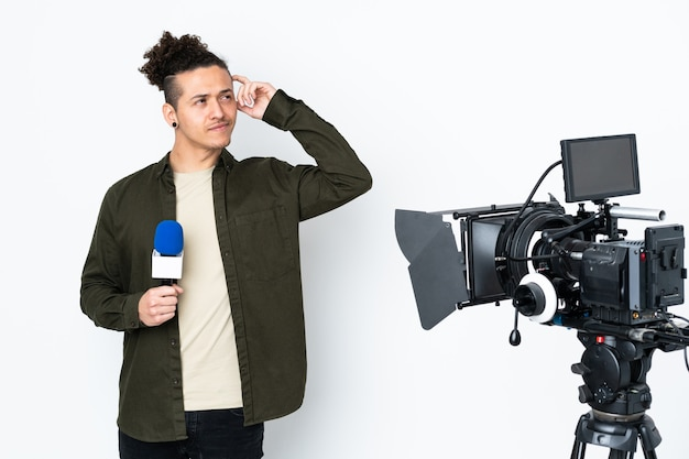 Reporter trzymający mikrofon i przekazujący wiadomości, mający wątpliwości i zmieszany wyraz twarzy