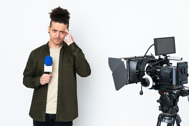Reporter trzymający mikrofon i przekazujący wiadomości niezadowolony i sfrustrowany czymś. negatywny wyraz twarzy