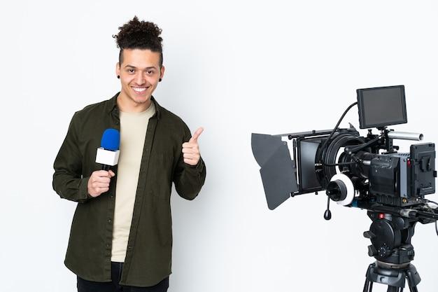 Reporter trzymający mikrofon i przekazujący wiadomości, podając kciuk w górę