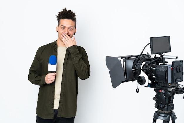 Reporter trzymający mikrofon i przekazujący wiadomości z wyrazem twarzy zaskoczenia