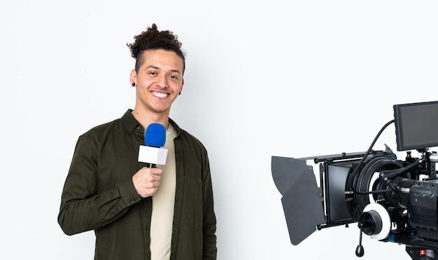Reporter trzymający mikrofon i przekazujący wiadomości