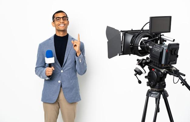 Reporter trzymający mikrofon i zgłaszający wiadomości nad izolowaną białą ścianą, wskazujący na świetny pomysł