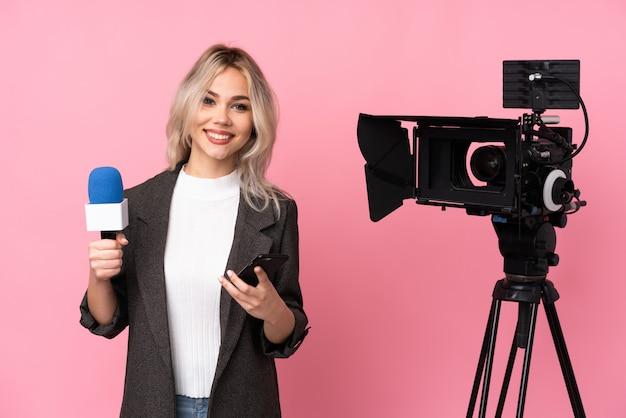 Reportera nastolatka kobieta nad odosobnioną ścianą