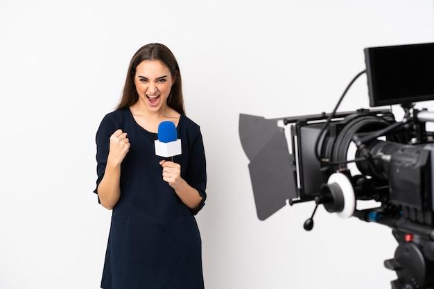 Reporterka trzymająca mikrofon i przekazująca wiadomości na białej ścianie sfrustrowana złą sytuacją