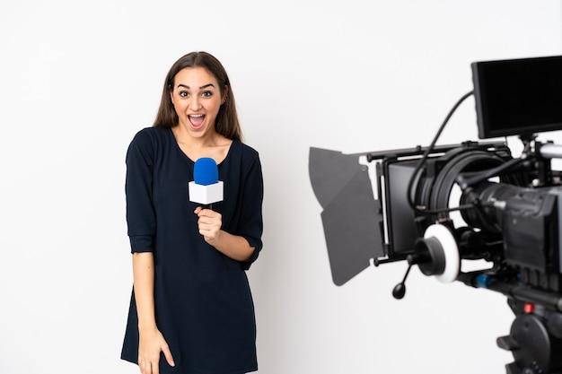 Reporterka trzymająca mikrofon i przekazująca wiadomości