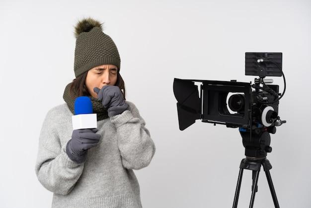 Reporterka z mikrofonem i wiadomościami cierpi na kaszel i źle się czuje