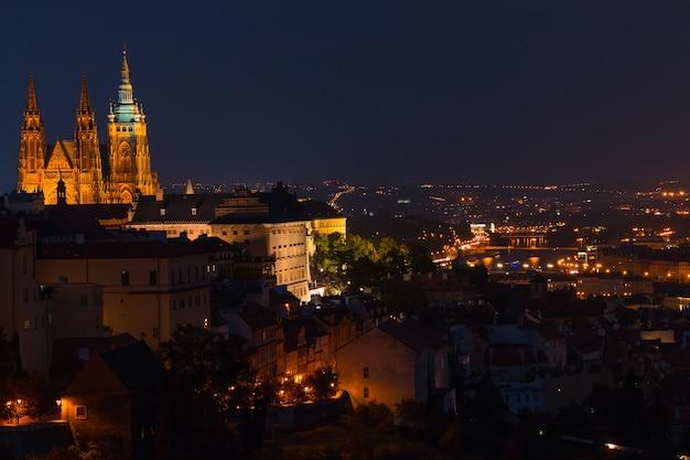 Republika czeska. praga. widok na miasto i katedrę św. wita. wieczorne i nocne oświetlenie miasta
