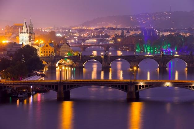 Republika czeska. praga wieczorem. pięć mostów na wełtawie w jednym ujęciu