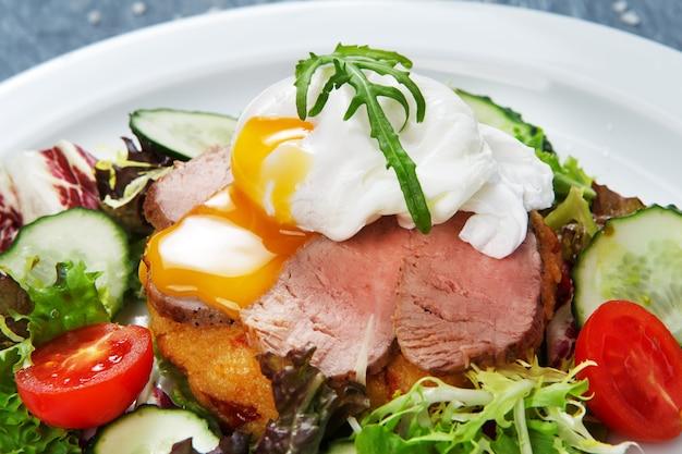 Restauracja Jedzenie Zbliżenie Jajko Sadzone Z Mięsem Premium Zdjęcia