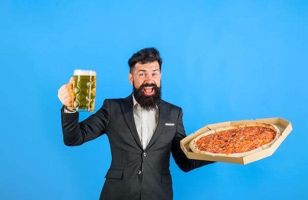 Restauracja lub pizzeria fast food włoskie jedzenie brodaty mężczyzna ze smaczną pizzą i piwem w rękach pizza