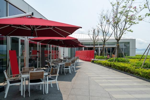 Restauracja na świeżym powietrzu na tarasie na dachu