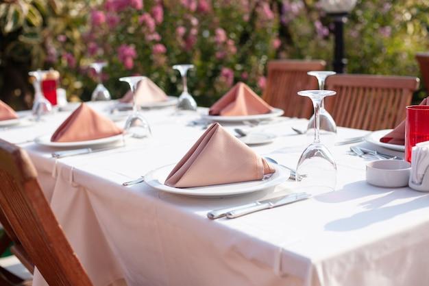 Restauracja na świeżym powietrzu, stylowy piękny wystrój