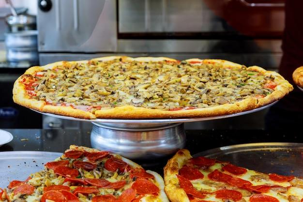 Restauracja pizzeria na manhattanie w nowym jorku.