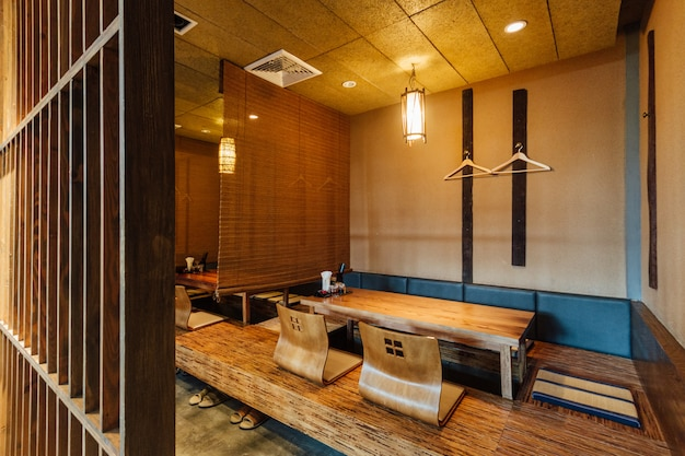 Restauracja ramen z niskimi stolikami i niskimi siedzeniami.