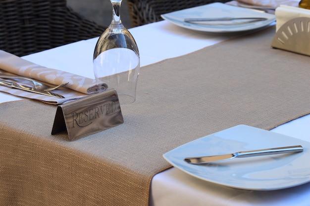 Restauracja zarezerwowane znak tabeli z kieliszki i talerze.