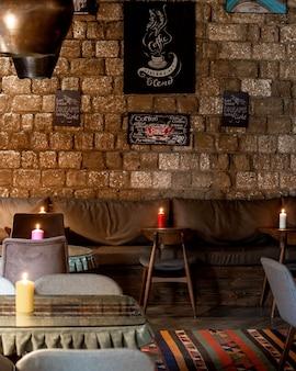 Restauracja ze skórzaną sofą na ścianie