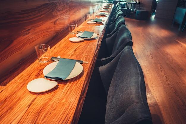 Restauracja ze stołem i zastawą stołową