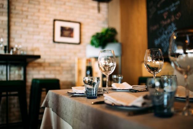 Restauracyjna szklana zastawa stołowa na stołowym wnętrzu