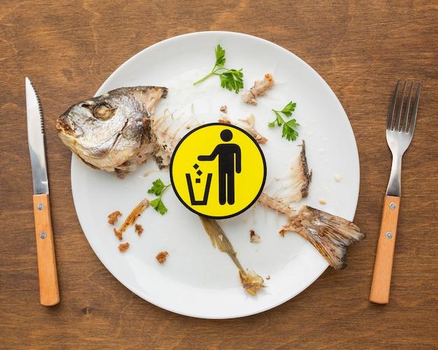 Resztki gotowanej ryby leżą płasko