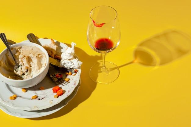 Resztki jedzenia na talerzu i winie