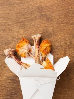 Resztki jedzenia z podudzia z kurczaka