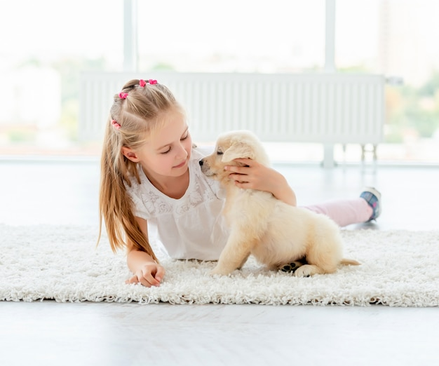 Retriever szczeniak i słodkie dziewczyny gry