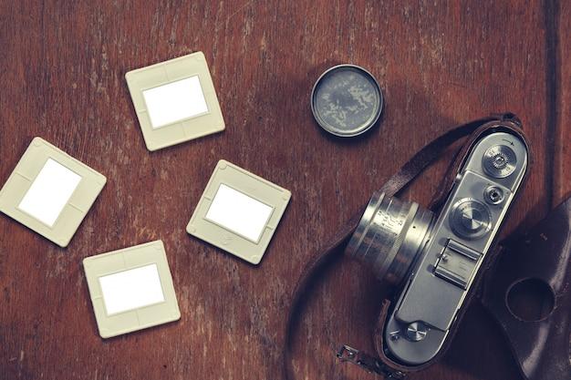 Retro aparat i stare slajdy leżały na krześle