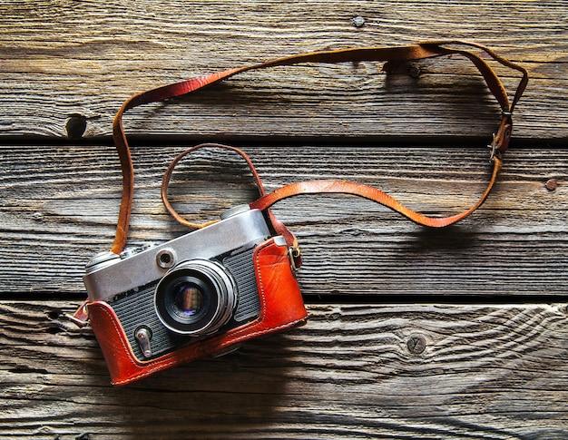 Retro aparat na tle stołu z drewna, vintage odcień i