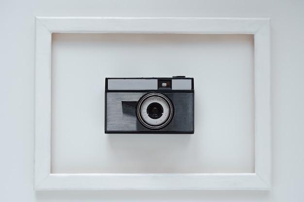 Retro aparat w ramce na jasnym tle widok z góry