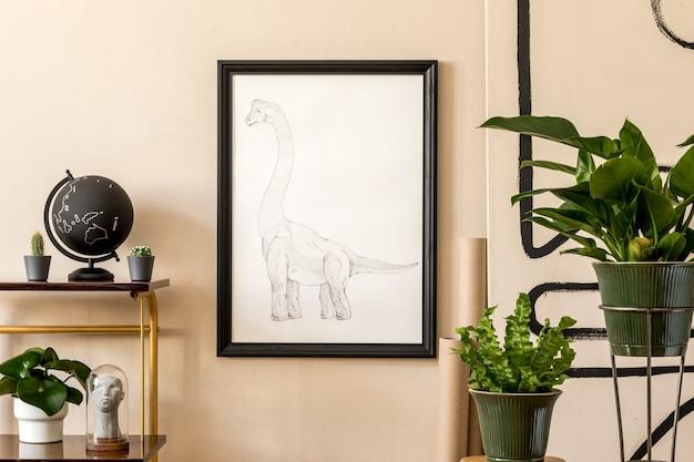 Retro aranżacja salonu z dużą ilością roślin w zielonych doniczkach, vintage szafka, akcesoria i czarna ramka na beżową ścianę.