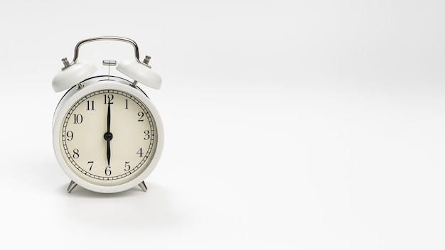 Retro budzik na białym tle. koncepcja wstępowania wcześnie rano. wyczucie czasu. pierwsza zmiana w szkole lub w pracy.