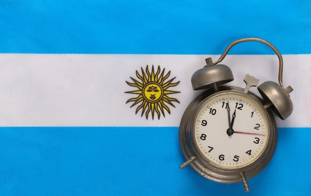 Retro budzik na tle flagi argentyny