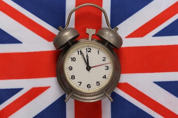 Retro budzik na tle flagi wielkiej brytanii