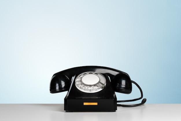 Retro czarny telefon na stole