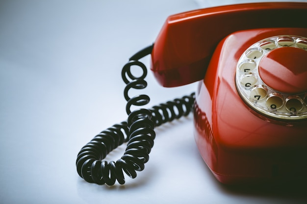 Retro czerwony telefon na tle