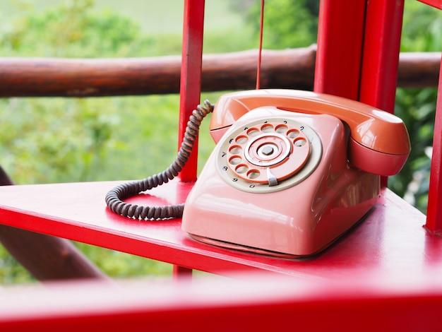 Retro czerwony telefon