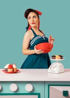 Retro dziewczyna pinup pozowanie w kuchni