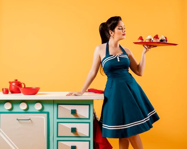 Retro dziewczyna pinup w kuchni