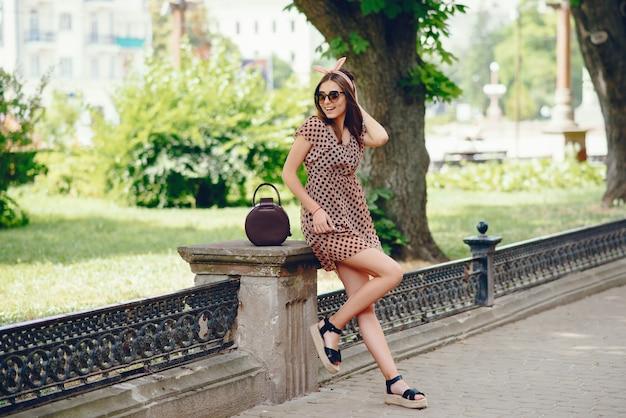 Retro dziewczyna w parku