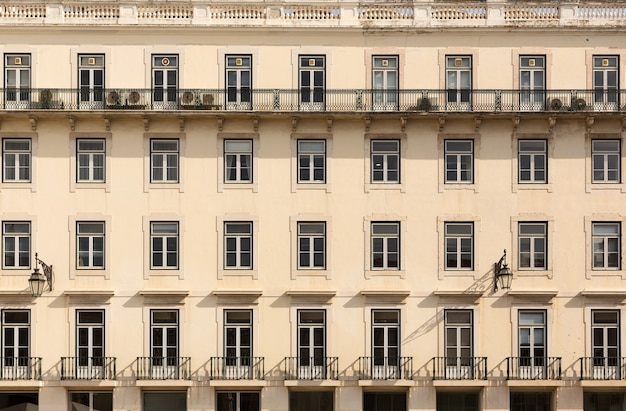 Retro europejski blok mieszkalny z balkonami, portugalia