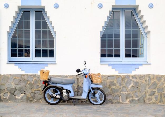 Retro hulajnoga na ulicie w cadaques miasteczku w costa brava, catalonia, hiszpania