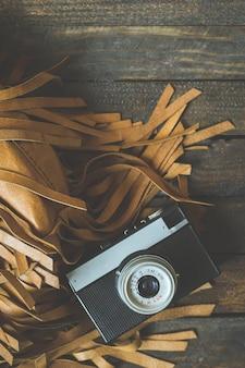 Retro kamera na starego koloru drewnianym stole