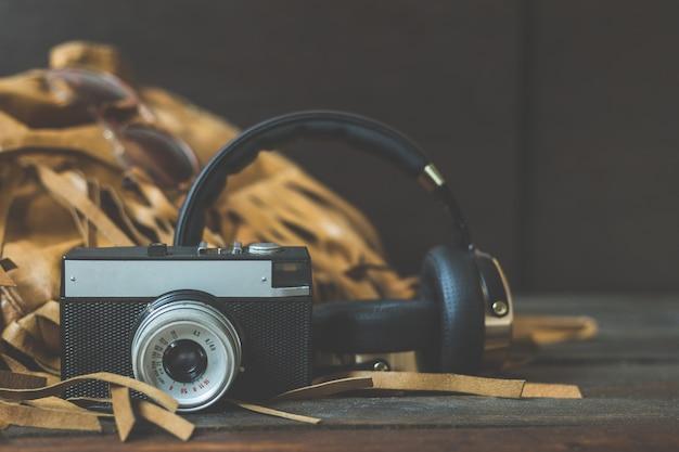 Retro kamera z hełmofonami na drewnie
