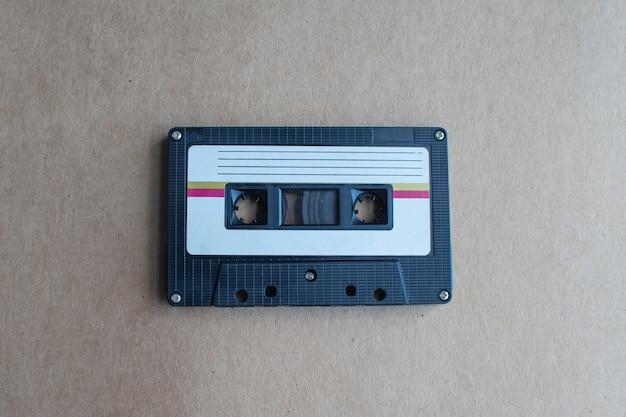 Retro kaseta z taśmą na brązowym tle. miękka ostrość.